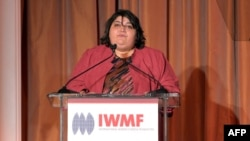 """Хадиджа Исмаилованың Халықаралық әйелдер журналистикасы қорының """"Батыл журналист"""" жүлдесін алған кездегі сөйлеп тұрған сәті. АҚШ, Калифорния, 29 қазан 2012 жыл."""