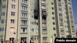 Полициямен белгісіз топ арасындағы қақтығыс болған тұрғын үй. Алматы, 30 шілде 2012 жыл. Сурет Facebook әлуметтік желісінен алынған.