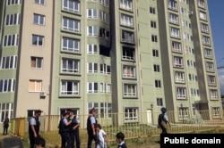 Полицейские возле дома, откуда велась перестрелка. Алматы, 30 июля 2012 года.