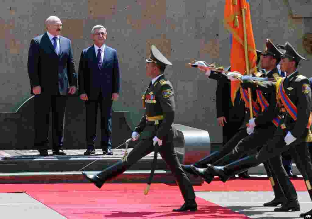 Армения - Президент Беларуси Александр Лукашенко (слева) и президент Армении Серж Саргсян во время официальной церемонии встречи у президентского дворца в Ереване, 13 мая 2013 г.