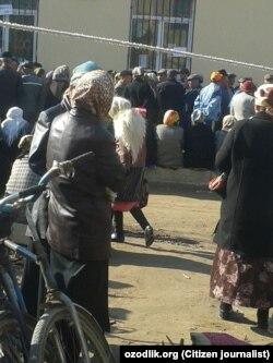 Нукусда пенсионерлар Асака банк олдида навбат кутмоқда