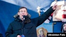Луценко на сцені Майдану, 2 лютого 2014 року