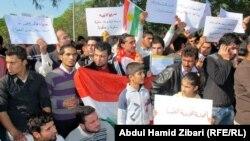 معتصمون سوريون كرد امام برلمان اقليم كردستان