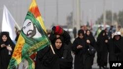 در آستانه اربعین شمار زیادی از شیعیان عراقی با پای پیاده رهسپار کربلا هستند.