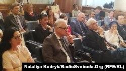 На дискусії, що відбувалася в приміщенні, яке належить італійському сенату, були присутні (у першому ряду зліва) Донателла Рапетті, (біля неї) посол Євген Перелигін. 25 липня 2019 року