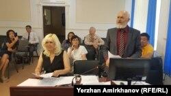 Гражданская активистка Санавар Закирова (вторая слева) и юрист Антон Фабрый (второй справа) в суде. Нур-Султан, 5 августа 2019 года.