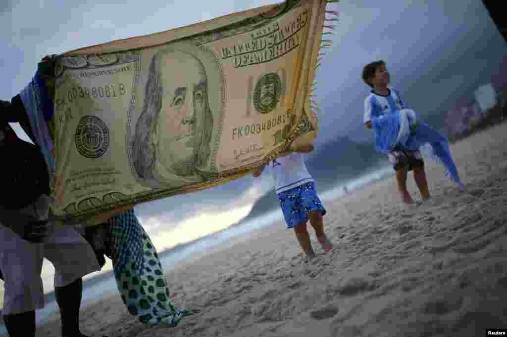 На пляжі Іпанема продають хустки. За підрахунками уряду Бразилії, під час Олімпіади в Ріо-де-Жанейро приїде півмільйона туристів