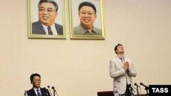 Отто Фредерік Вормбієр (п) на показовій прес-конференції у Пхеньяні після затримання признається у «скоєному злочині», лютий 2016 року