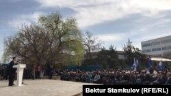 Равшан Жээнбеков на митинге-реквиеме у здания «Медиа форум», 17 марта 2019 г.