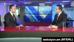 руководитель аппарата премьер-министра Эдуард Агаджанян (слева) в программе «Интервью с Карленом Асланяном», Ереван, 25 января 2019 г.