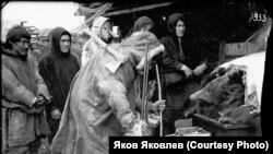 Поклонение медведю. Манси, р. Пелыма. 1926 г. Фото: Л. Сурин. Государственный архив Свердловской обл.
