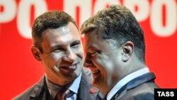 Украина президенті сайлауының кандидаты Петр Порошенко (оң жақта) мен УДАР партиясының лидері Виталий Кличко. Киев, 13 мамыр 2014 жыл.