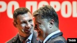 Виталий Кличко (слева) и Петр Порошенко. Киев, 13 мая 2014 года.