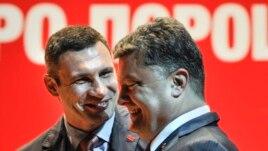 Виталий Кличко (сол жақта) мен Петр Порошенко. Киев, 13 мамыр 2014 жыл.