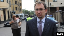 Pussy Riot's lawyers Nikolai Polozov (front) and Violetta Volkova (back) cited pressure from prison authorities.