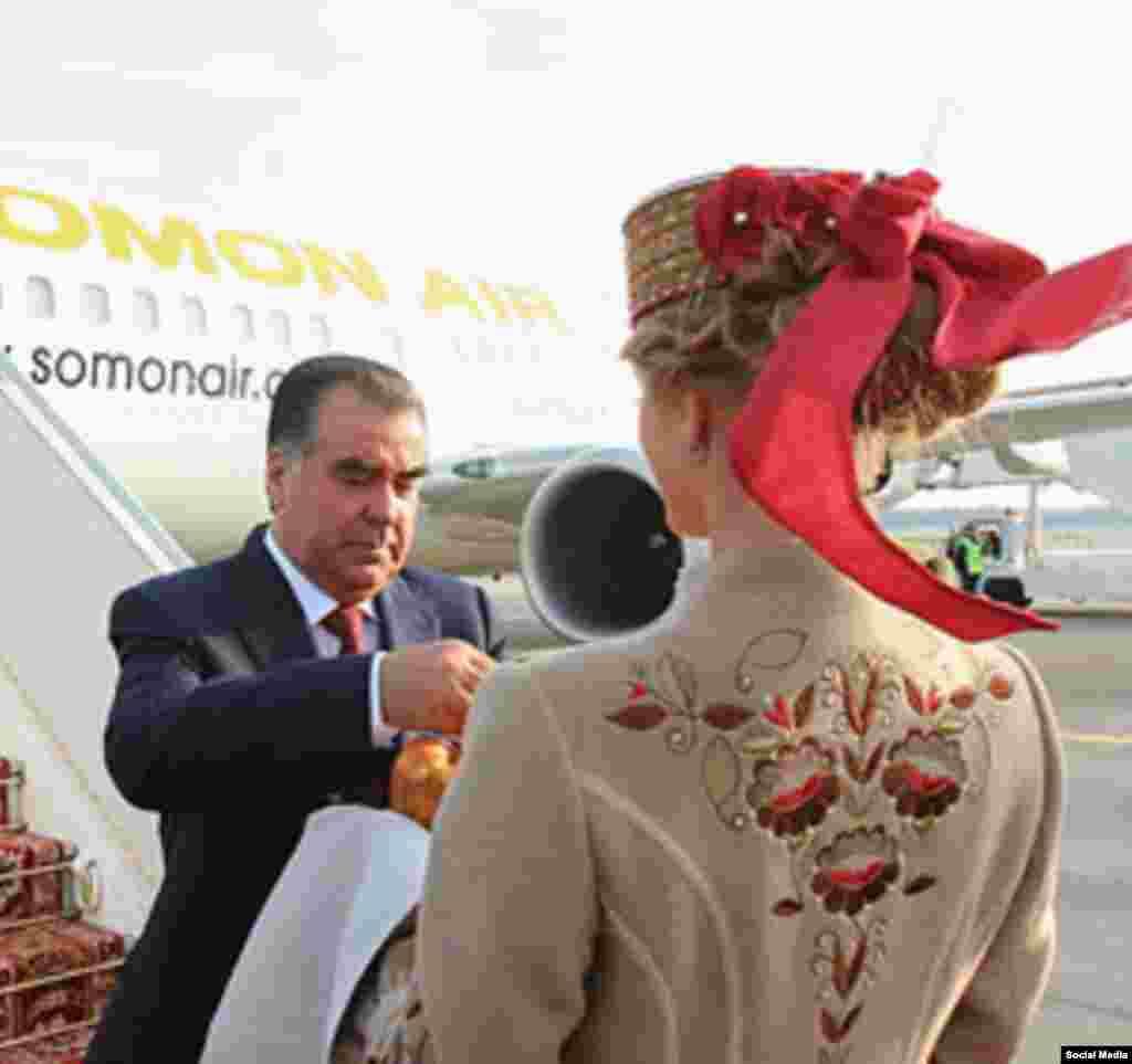 Эмомали Рахмона встречают хлебом и солью в аэропорту Минска