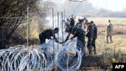 Военнослужащие Словении возводят ограждение у границы с Хорватией. 12 ноября 2015 года.