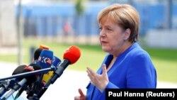 Almaniyanın kansleri Angela Merkel sammit öncəsi jurnalistlər qarşısında