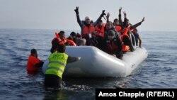 Надувная лодка с мигрантами, прибывшая к греческому острову Лесбос. 29 февраля 2016 года.