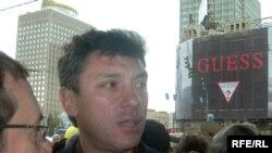 Борис Немцов во время акции пртив повышения цен 12 октября