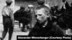 «Російський хлопчик просить хліб», (авторський підпис). Світлина найімовірніше зроблена у Харкові. Фото Александра Вінербергера, ілюстрація із книги «Hart auf hart. 15 Jahre Ingenieur in Sowjetrußland. Ein Tatsachenbericht, Salzburg 1939»