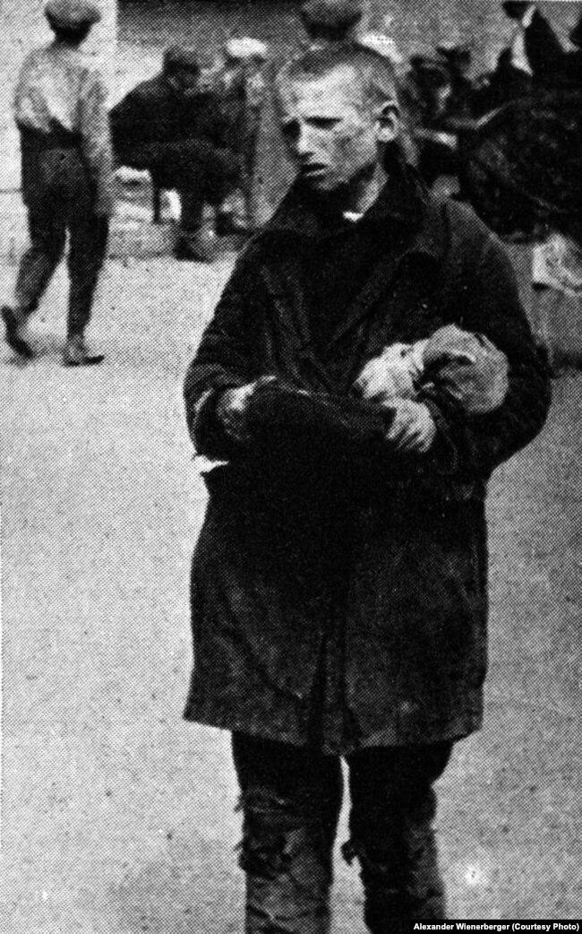 «Російська молодь просить хліба» (авторський підпис). Світлина, найімовірніше, зроблена у Харкові. Фото Александра Вінербергера, ілюстрація із книги «Hart auf hart. 15 Jahre Ingenieur in Sowjetrußland. Ein Tatsachenbericht, Salzburg 1939»