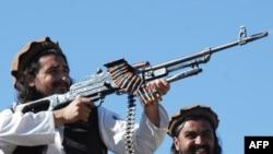 Taliban commander Hakimullah Mehsud (left)