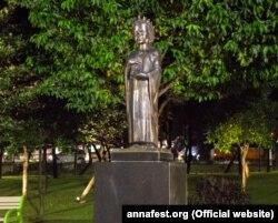 Пам'ятник королеві Франції Анні Київській у столиці Індонезії Джакарті