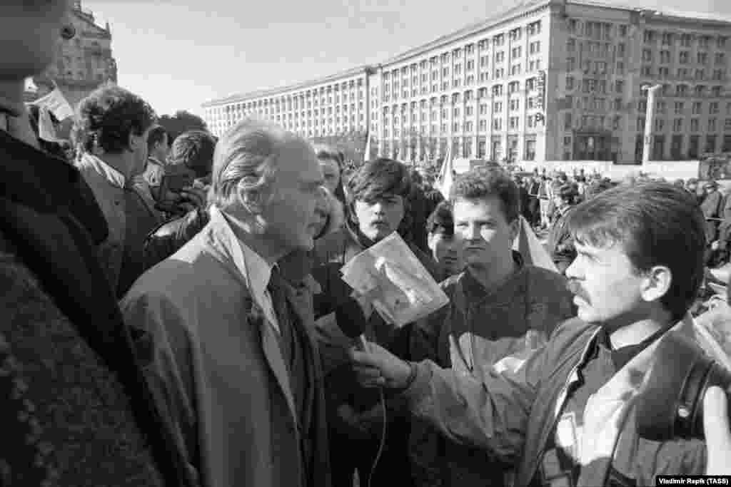 Народний депутат, академік Ігор Юхновський спілкується з учасниками Революції на граніті