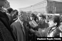 Украинский академик и депутат Игорь Юхновский беседует с журналистами после посещения митингующих на площади Октябрьской революции.