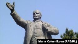 وحید وحدت حق: لنین تئوری استقلال قدرت حزب کمونیست را با تکیه بر نظریه استقلال اراده مردمی روسو مطرح کرد که به دیکتاتوری توتالیتر سوسیالیسم واقعی منجر شد.