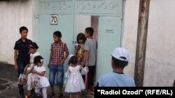 Таджикские дети ходят по домам и получают сладости в честь наступления праздника Ид аль-Фитр, Душанбе 2013 года.