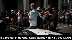 Poliția cubaneză reține protestatari antiguvernamentali la Havana, 11 iulie 2021