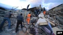Рятувальники працюють на місці руйнувань внаслідок землетрусу в місті Аматріче, Італія, 24 серпня 2016 року