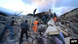 Поисково-спасательные работы на месте разрушений в итальянском городе Аматрич после землетрясения магнитудой 6,2. 24 августа 2016 года.