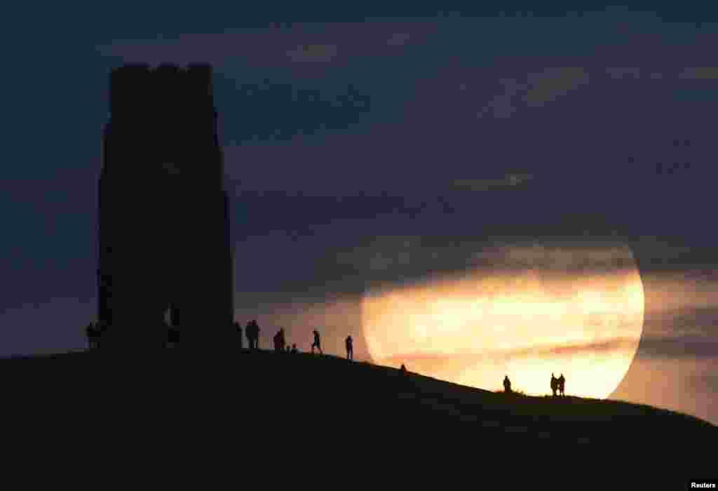 Восход луны в Гластонбери – на месте проведения одного из самых известных музыкальных фестивалей мира, Великобритания.