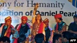 Насилие против деятелей искусства, особенно женщин, является печально обыденным явлением в Пакистане.