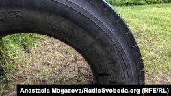 Автомобільна шина зі слідами влучання
