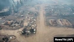 Légi felvétel az orosz távol-keleti Bjasz-Kuel faluról 2021. augusztus 8-án. A tűz egy sor házat elpusztított, az összes lakost evakuálni kellett