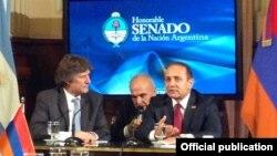 Аргентина вице-президенті Амадо Буду (сол жақта) Армения парламенті жетекшісі Овик Абрамянмен (оң жақта) кездесіп отыр. Буэнос-Айрес, 26 қараша 2013 жыл.