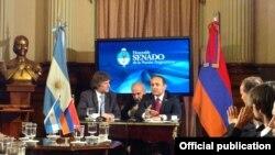 Вице-президенту Аргентины Амадо Буду (в центре слева). Буэнос-Айрес, 26 ноября 2013 года.