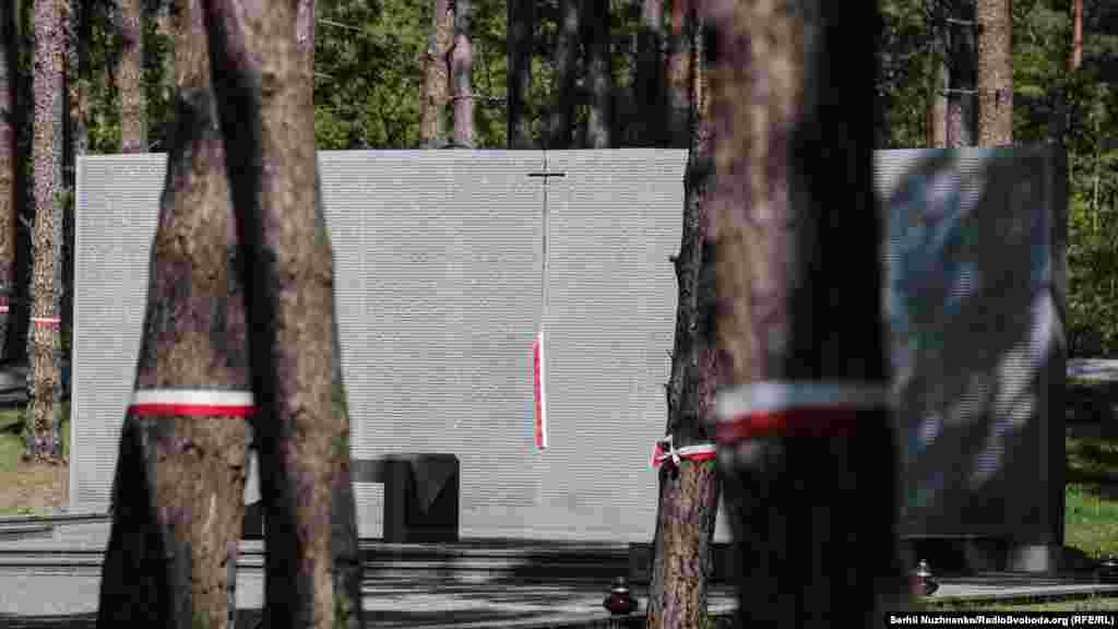 Меморіальні таблички пам'яті розстріляних поляків у Биківнянському лісі