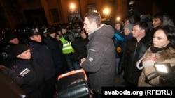 Киевтегі наразылық танытушылар мен полиция бетпе-бет тұр. Украина, 3 желтоқсан 2013 жыл.
