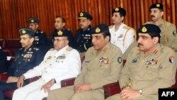Вайсковае камандаваньне Пакістану на парлямэнцкім пасяджэньні 14 траўня 2011, прысьвечаным ліквідацыі Ўсамы бін Ладэна амэрыканскім спэцназам у прымесьці Ісламабаду. Камандуючы арміяй генэрал Ашфак Каяні – 2-і справа.