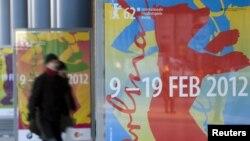 Германи -- 62-гIа Берлинале олу дуьненаюкъара кинофестивал ю дIайолалуш аьлла, дIатоьхна йолчу постерна уллех буьйлабелла лелаш бу нах, 06Чил2012