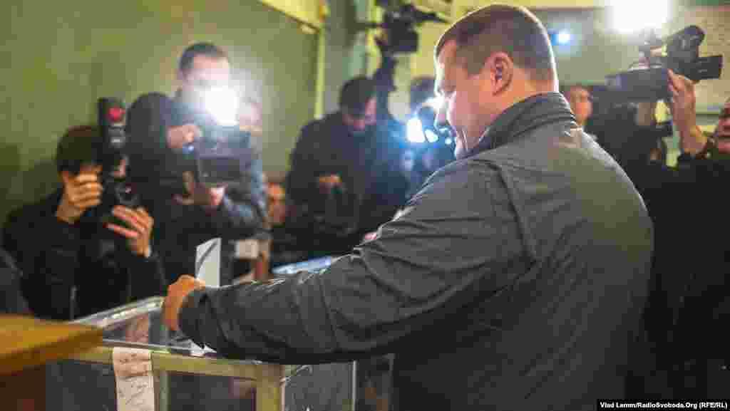 Кандидат у мери Дніпропетровська, лідер партії «Укроп» Борис Філатов на виборчій дільниці. Дніпропетровськ, 25 жовтня 2015 року