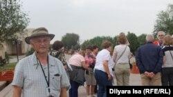 Туристы на прилегающей к мавзолею Ходжи Ахмета Яссауи территории. Туркестан, 2 июня 2018 года.