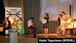 Инсценировка, в которой показывают сцену времен депортации крымских татар. Алматы, 16 мая 2015 года.