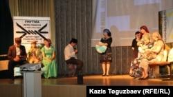 Молодежное крыло объединения крымских татар «Ватандаш» показывает сцену депортации крымских татар во время мероприятия «Унутма». Алматы, 16 мая 2015 года.