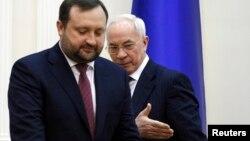 Наприкінці січня Сергій Арбузов (ліворуч) прийняв повноваження від свого попередника Миколи Азарова